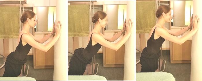 腕立て伏せと同じようにひじを曲げます。この時に横から見た体のラインが変わらないように注意。ひじ関節だけ曲がりますよ。